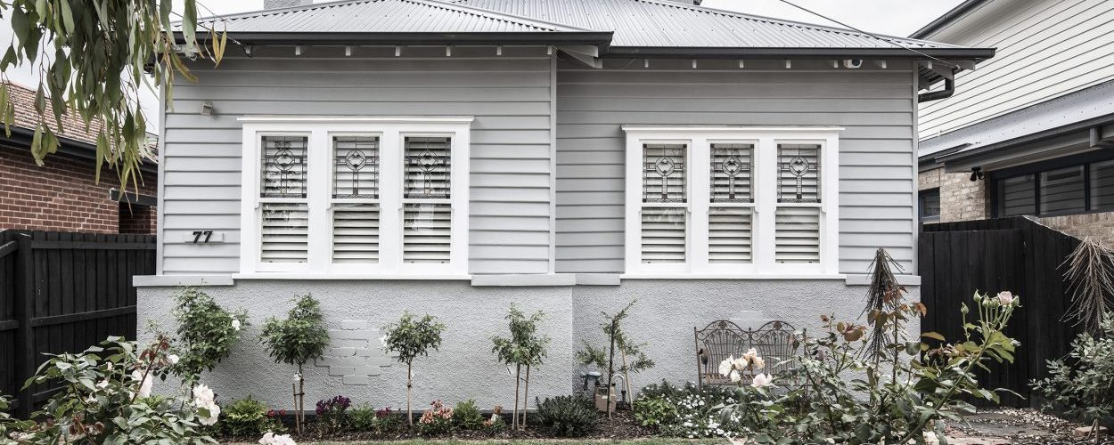 white-and-grey-weatherboard-house-painting-melbourne-1250x750